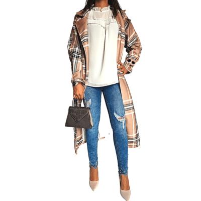 manteau à carreaux avec ceinture sac jean blouse blanche