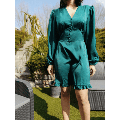 robe courte effet satin vert décolleté avec boutons détail volants