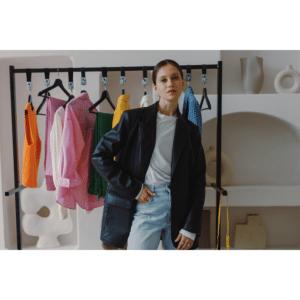 femme devant son dressing coloré