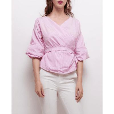 blouse lagos portée de face rayée rose et blanc décolleté féminin mode femme