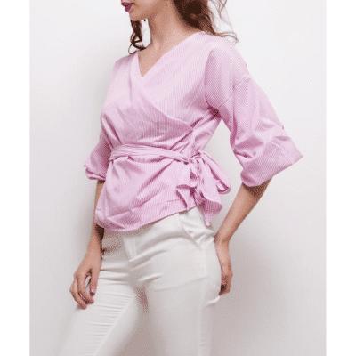 blouse lagos portée de profil rayée rose et blanc avec ceinture mode femme