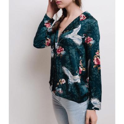 blouse nara portée de profil motif fleurs et oiseaux coloris vert mode femme manches longues printemps