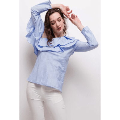 blouse bleu et blanc à volants mode femme haut asymétrique épaule dénudée