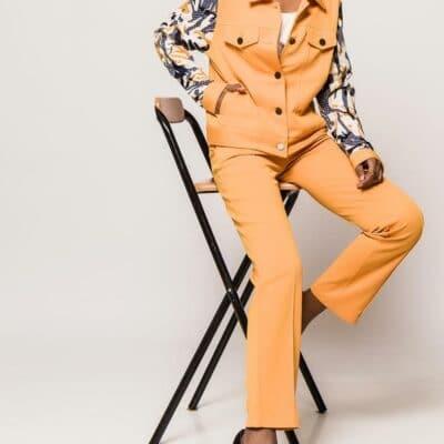 veste jaune à motif femme