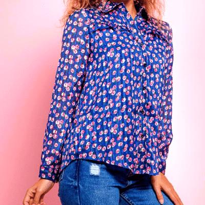 femme avec chemise à fleurs couleur bleu