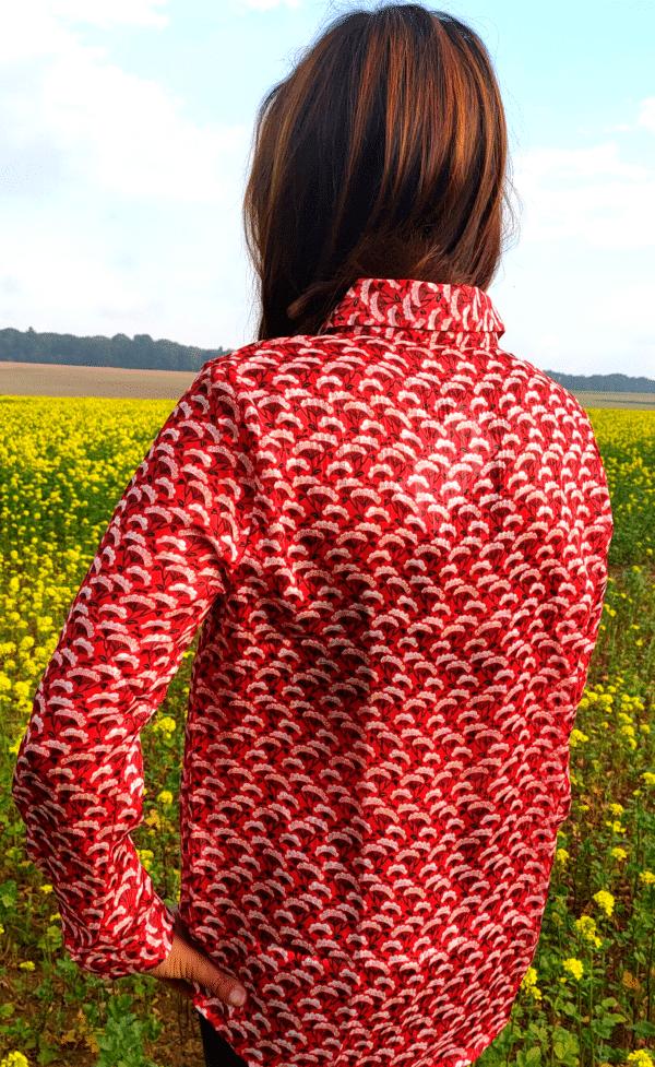 mannequin femme brune avec chemise rouge à motif